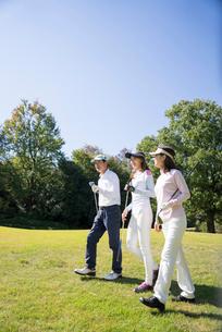 ゴルフをする家族の写真素材 [FYI01535195]