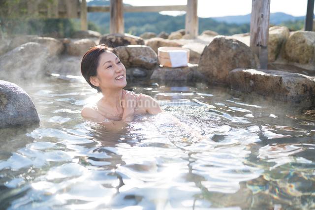 露天風呂の中高年女性の写真素材 [FYI01535219]