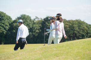 ゴルフをする家族の写真素材 [FYI01535258]