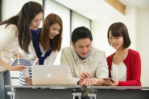 講義室で自習する大学生男女四人の写真素材 [FYI01535292]