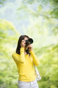 一眼レフカメラで写真を撮る女性の写真素材 [FYI01535296]