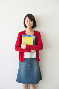 教科書を持って立つ女子大生の写真素材 [FYI01535356]