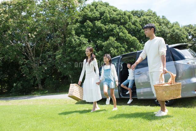 車で公園にピクニックに来た家族の写真素材 [FYI01535390]