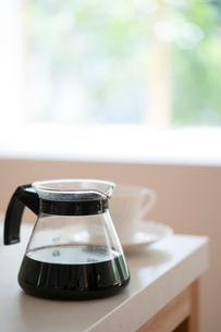 コーヒーサーバーとカップの写真素材 [FYI01535468]