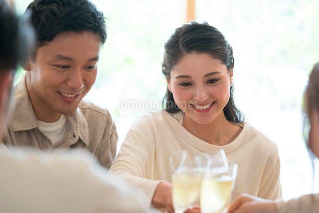 シャンパンで乾杯をする仲間の写真素材 [FYI01535500]