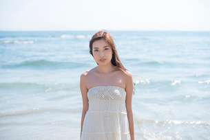 海の砂浜を素足で散歩する女性の写真素材 [FYI01535708]