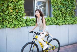 自転車に乗る女性の写真素材 [FYI01535793]