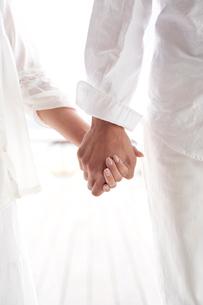 手をつなぐ男女の写真素材 [FYI01535862]