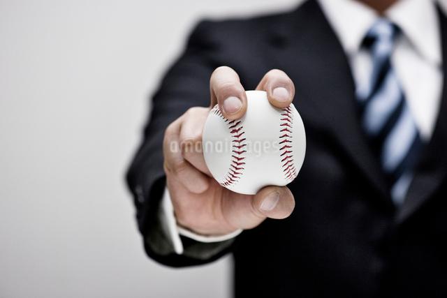 ビジネスマンと野球ボールの写真素材 [FYI01535883]