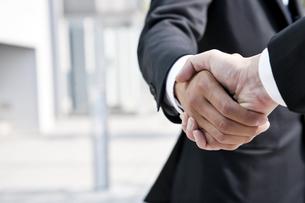握手するビジネスマンの写真素材 [FYI01535895]