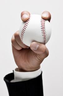 ビジネスマンと野球ボールの写真素材 [FYI01535912]