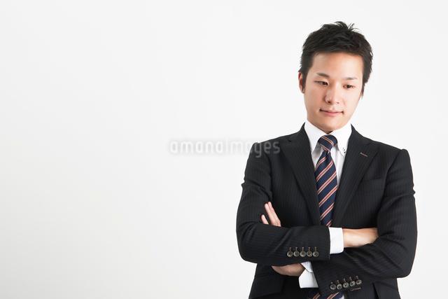 腕を組んで考えるビジネスマンの写真素材 [FYI01535988]
