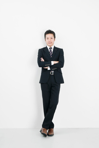 腕組みをするビジネスマンの写真素材 [FYI01535989]