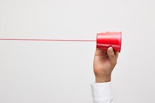 糸電話を持つ手の写真素材 [FYI01535998]