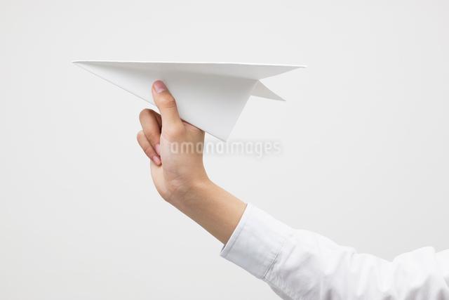 紙飛行機を持つ子供の手の写真素材 [FYI01536010]