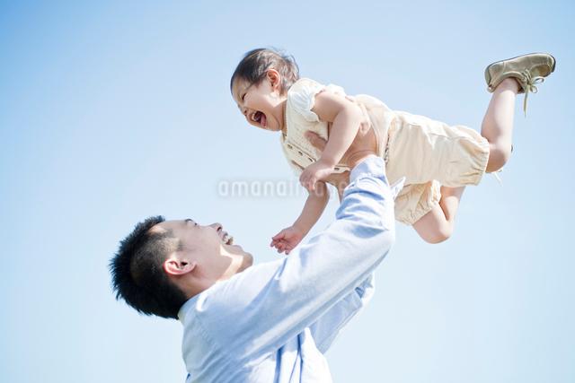 笑顔の親子の写真素材 [FYI01536017]