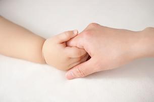手をつなぐ赤ちゃんと母親の写真素材 [FYI01536030]