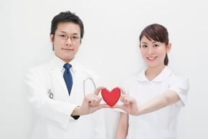 ハートを持つ医師と看護師の写真素材 [FYI01536039]