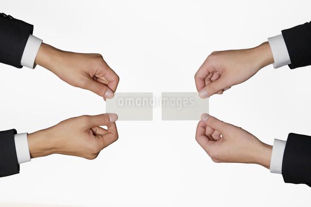 名刺交換をする2人のビジネスマンの写真素材 [FYI01536043]