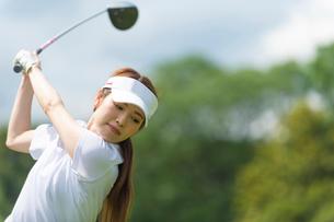 ゴルフをする20代女性の写真素材 [FYI01536047]