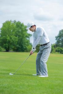 ゴルフをする中高年男性の写真素材 [FYI01536073]