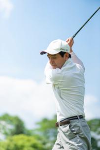 ゴルフをする中高年男性の写真素材 [FYI01536100]