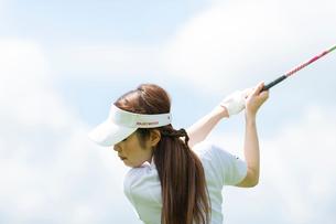ゴルフをする20代女性の写真素材 [FYI01536117]
