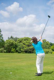 ゴルフをする中高年女性の写真素材 [FYI01536136]