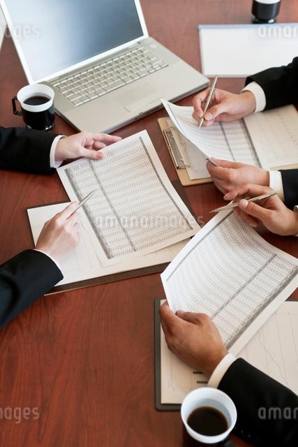 打ち合わせをするビジネスマンの写真素材 [FYI01536145]