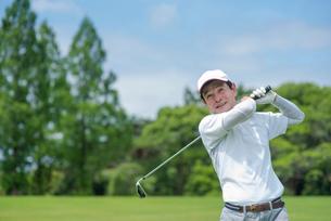 ゴルフをする中高年男性の写真素材 [FYI01536172]