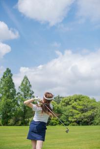 ゴルフをする20代女性の写真素材 [FYI01536173]