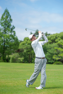 ゴルフをする中高年男性の写真素材 [FYI01536183]