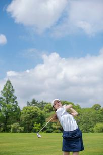 ゴルフをする20代女性の写真素材 [FYI01536201]