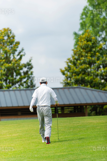 ゴルフをする中高年男性の写真素材 [FYI01536221]