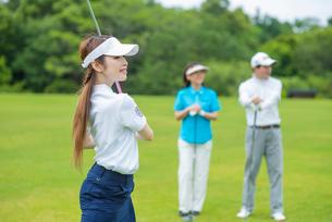ゴルフをする母と娘の写真素材 [FYI01536234]