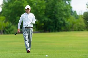 ゴルフをする中高年男性の写真素材 [FYI01536237]