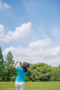 ゴルフをする中高年女性の写真素材 [FYI01536241]