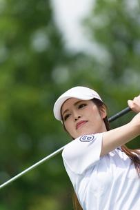 ゴルフをする20代女性の写真素材 [FYI01536268]