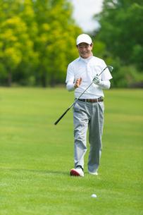 ゴルフをする中高年男性の写真素材 [FYI01536292]
