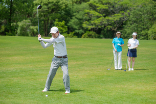 ゴルフをする三人家族の写真素材 [FYI01536302]