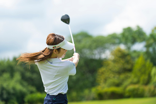 ゴルフをする20代女性の写真素材 [FYI01536312]