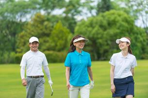 ゴルフをする三人家族の写真素材 [FYI01536340]