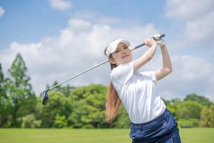 ゴルフをする20代女性の写真素材 [FYI01536354]