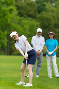 ゴルフをする家族の写真素材 [FYI01536365]