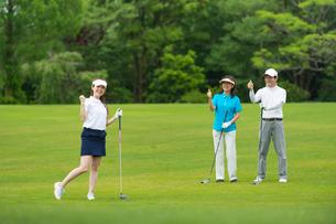ゴルフをする三人家族の写真素材 [FYI01536366]