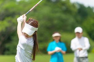 ゴルフをする家族の写真素材 [FYI01536376]