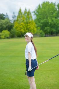 ゴルフをする20代女性の写真素材 [FYI01536388]