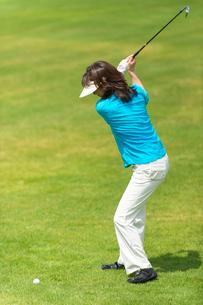 ゴルフをする中高年女性の写真素材 [FYI01536400]