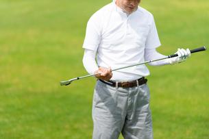 ゴルフをする中高年男性の写真素材 [FYI01536409]