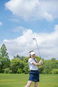 ゴルフをする20代女性の写真素材 [FYI01536415]